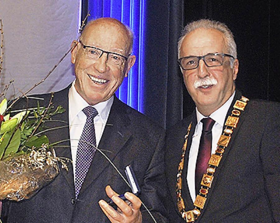 Karlheinz Axt (links) wurde von OB Vetrano geehrt.    Foto: Robert Ullmann