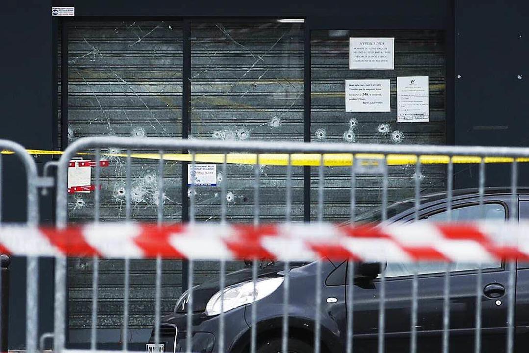Einschusslöcher in dem jüdischen Super...um Schauplatz einer Geiselnahme wurde.  | Foto: AFP
