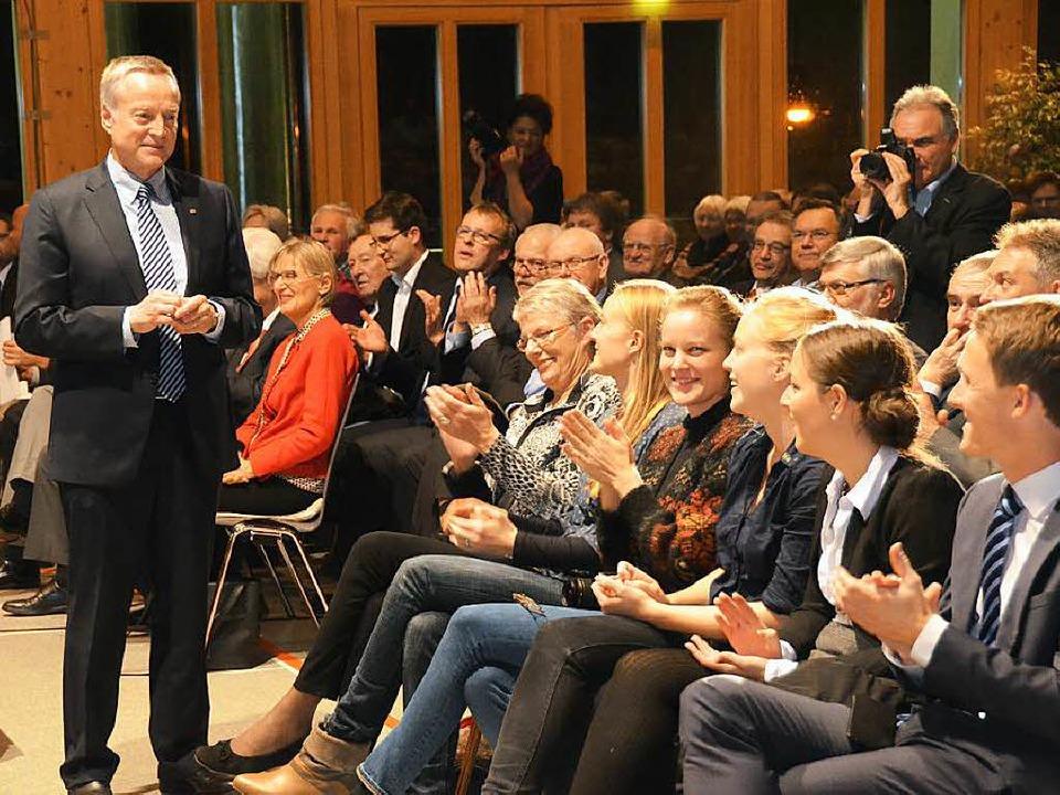 Reinhard Bentler  nimmt  Glückwünsche ...und den  Töchtern in der ersten Reihe.  | Foto: Max Schuler