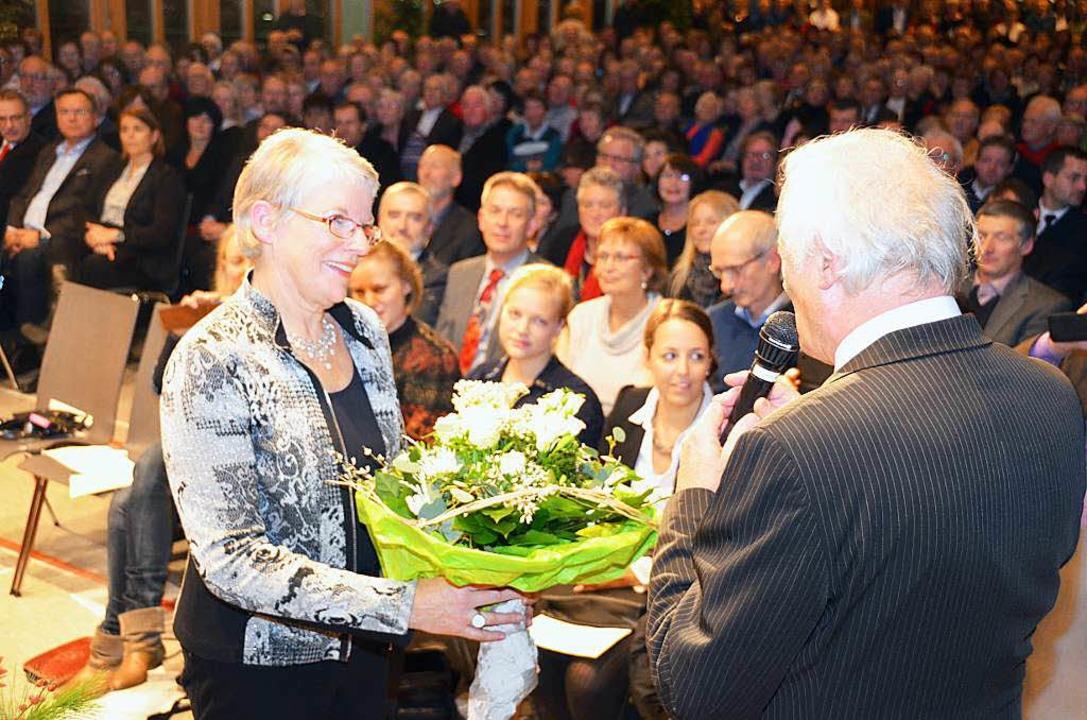 Für  Anette Bentler gibt es Blumen in ... vollbesetzten Gundelfinger Festhalle.  | Foto: Max Schuler