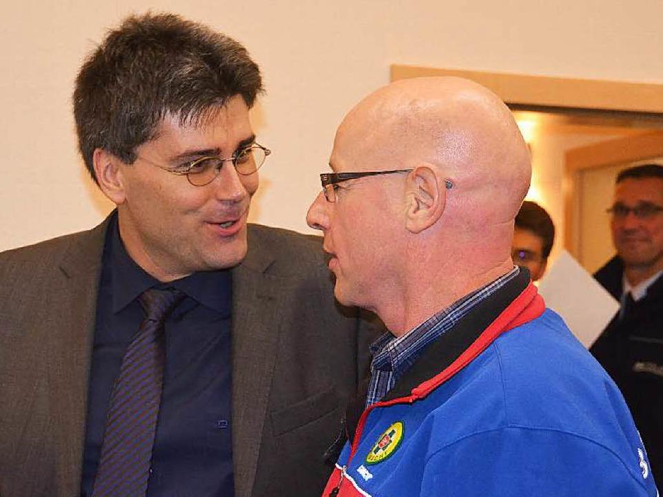 Lothar Schmidt (rechts) im Gespräch mit Landrat Martin Kistler.  | Foto: Juliane Kühnemund