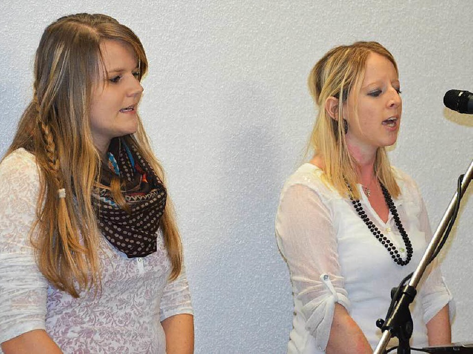 Sonja Letzin (links) und Julia Schmidt...n die Feier mit ihren Gesangseinlagen.  | Foto: Juliane Kühnemund