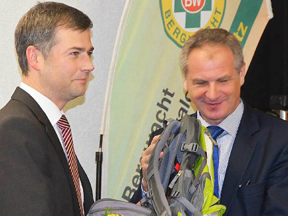 Bürgermeister Christian Mauch überreichte dem Innenminister einen Rucksack.  | Foto: Juliane Kühnemund