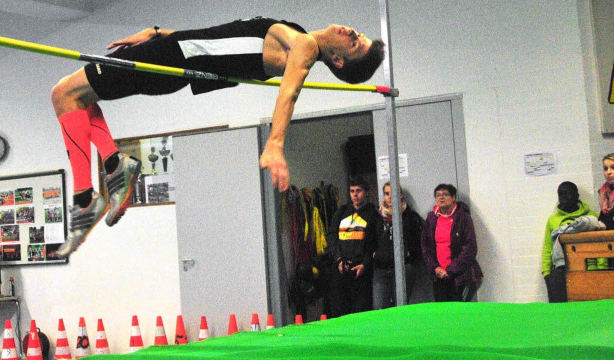 Lufthoheit: Max Isele vom TB Löffingen... in der Löffinger Leichtathletikhalle.  | Foto: Ottmar Heiler
