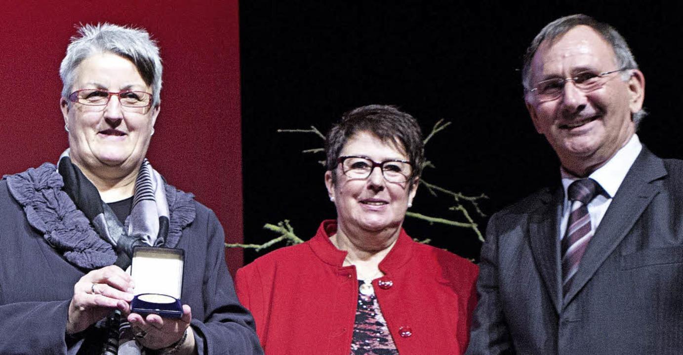 <ppp></ppp>für den Arbeitskreis Asyl t...-Ochs mit Roswitha und Fridolin  Bohn.    Foto: Faruk Uenver