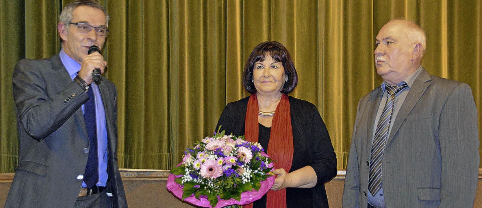 Den Sexauer Dorfpreis und die Ehrenbez...abe durch Bürgermeister Michael Goby.   | Foto: Helena Kiefer