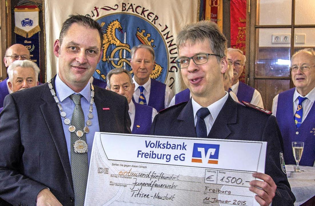 Titisee-Neustadts Gesamtkommandant Mar...n symbolischen Scheck über 1500 Euro.     Foto: Marco Morath
