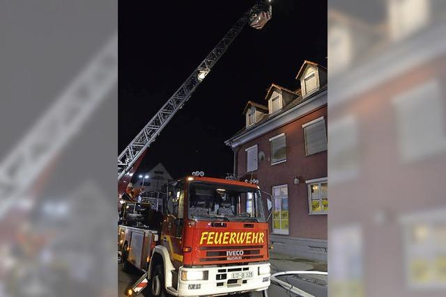 Feuerwehr löscht Brand in Wohnung