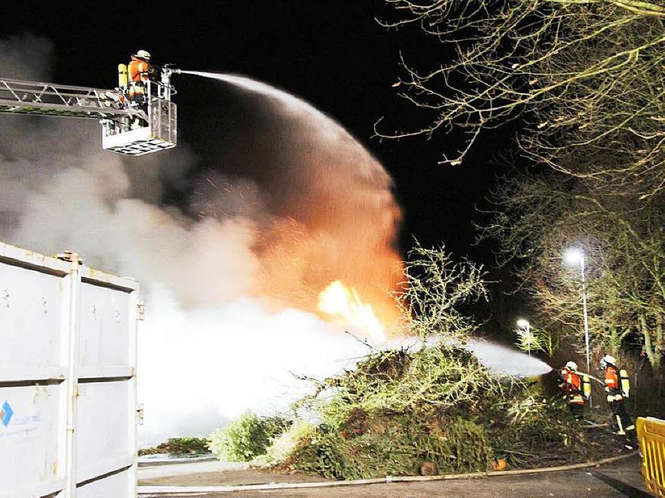 Feuer im Bötzinger Recyclinghof – das Schnittgut brennt.  | Foto: Horst David