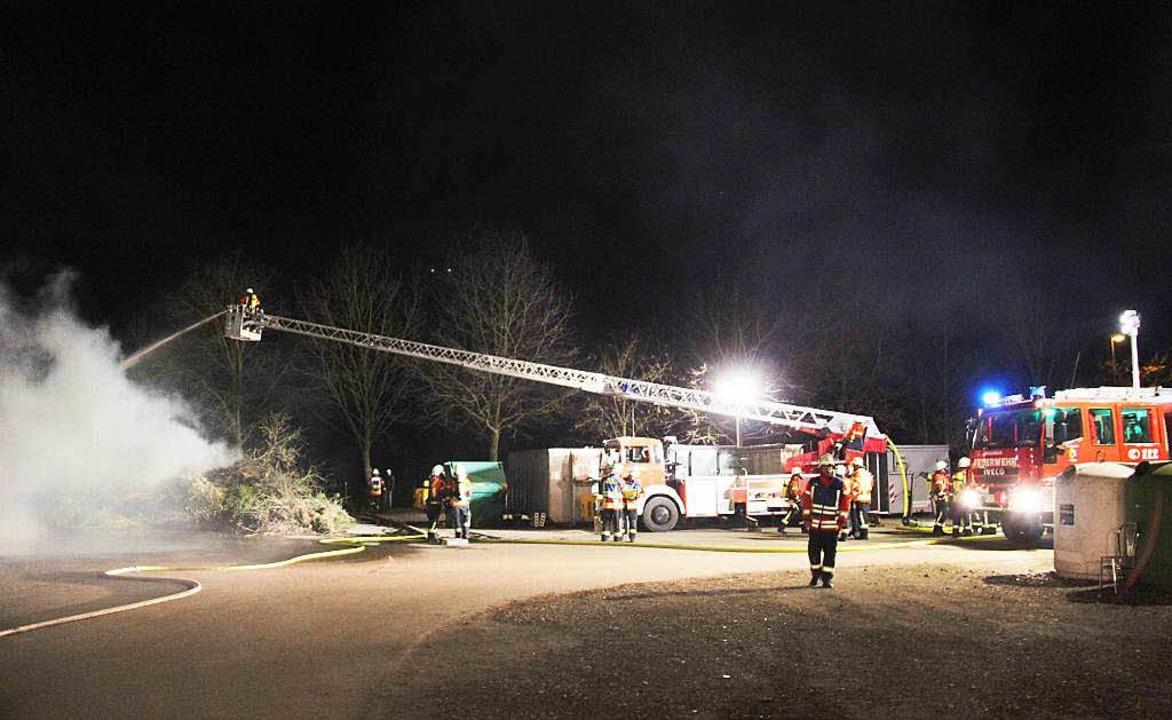 Abendlicher Einsatz in Bötzingen: Am R...; darunter zahlreiche Weihnachtsbäume.  | Foto: Horst David