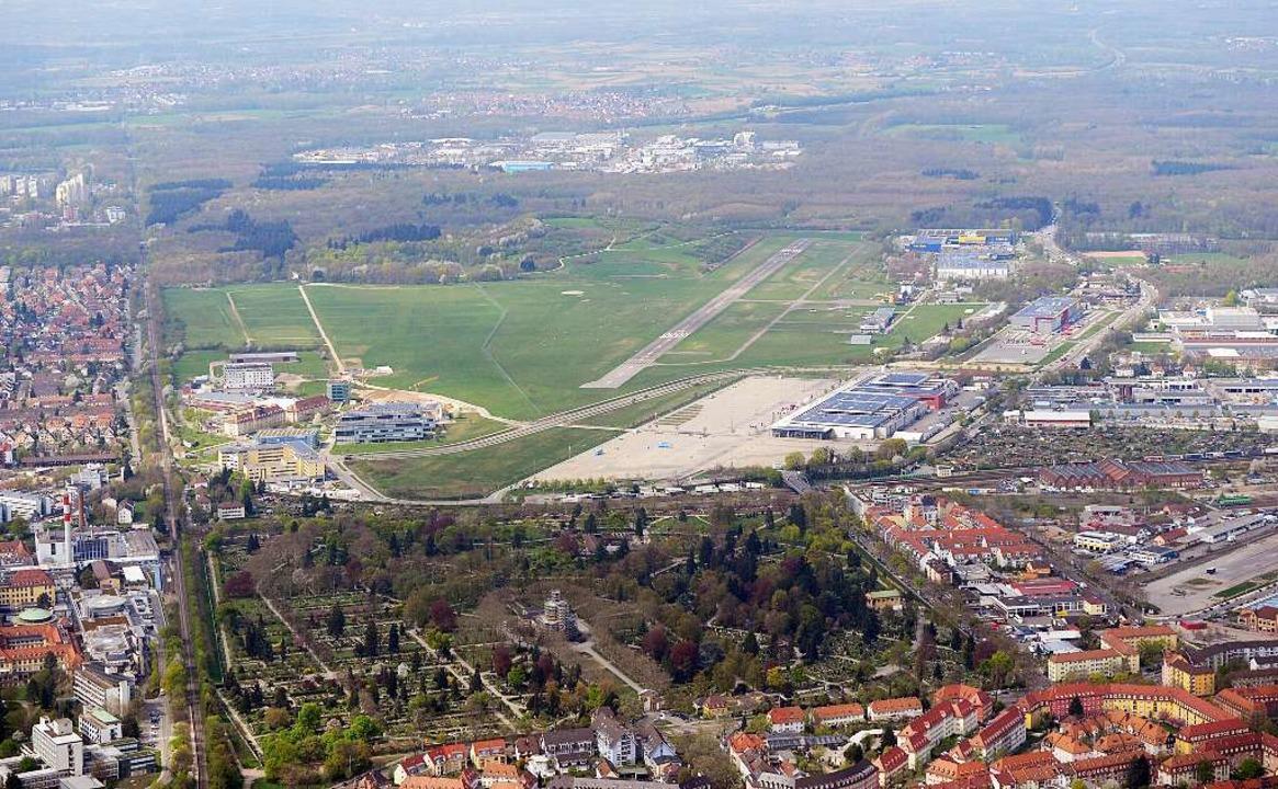 Den Flugplatz im Blick haben die Stadiongegner.  | Foto: Patrick Seeger