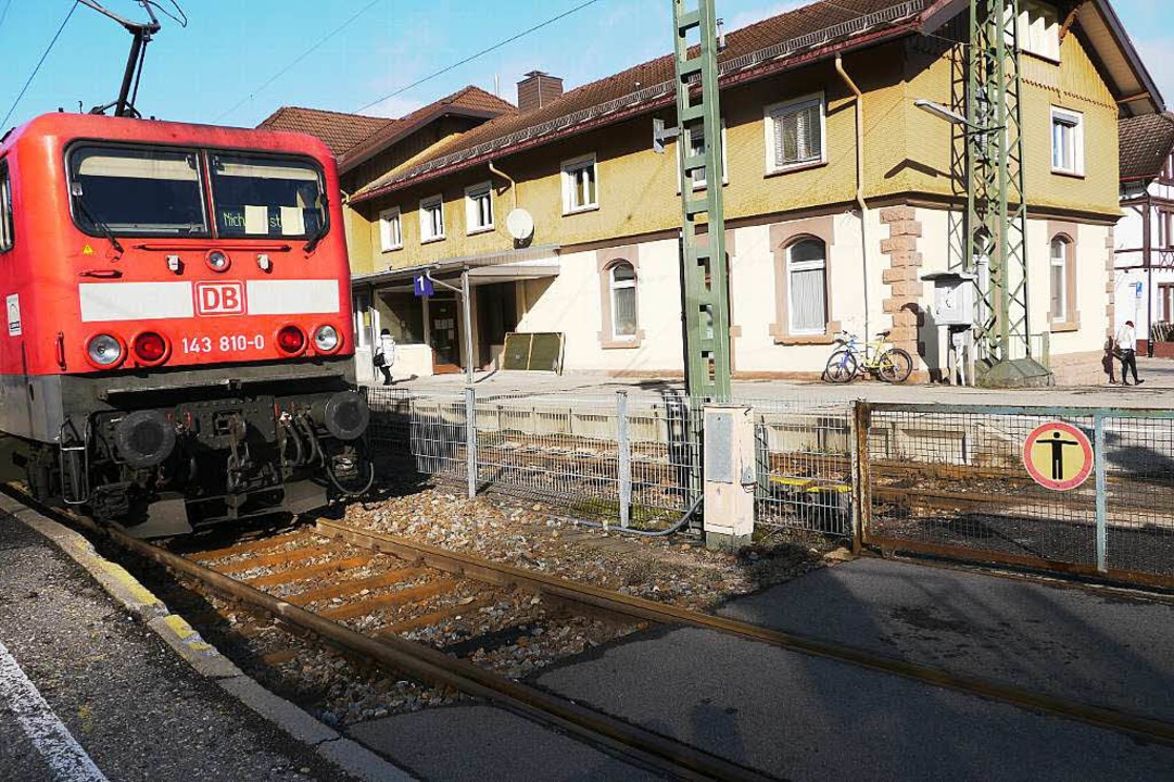 Ein Ärgernis: Der Neustädter Bahnhof samt Rolltor (rechts).  | Foto: Sebastian Wolfrum