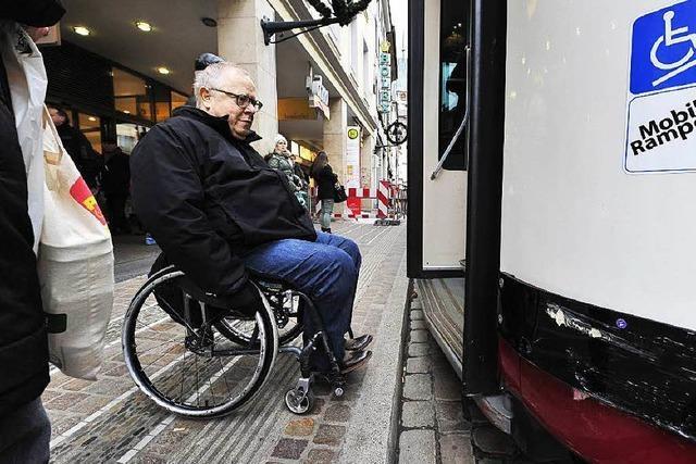 Rollstuhlfahrer beklagen weiter Barrieren am Bertoldsbrunnen