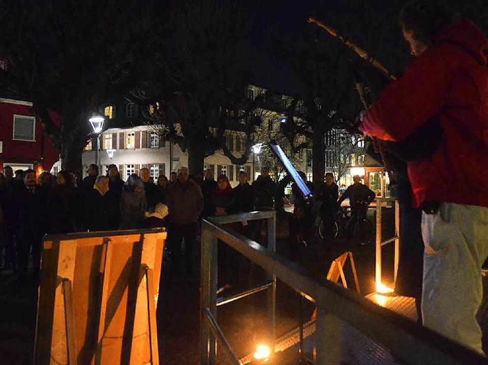 Die Mahnwachen auf dem Kirchplatz find...att, diesmal war sie sehr gut besucht.  | Foto: Peter Gerigk
