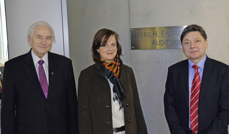 Gedenktafel für den Firmengründer Geor...dress mit DHBW-Rektor Theodor Sproll.   | Foto: Dorothee Soboll