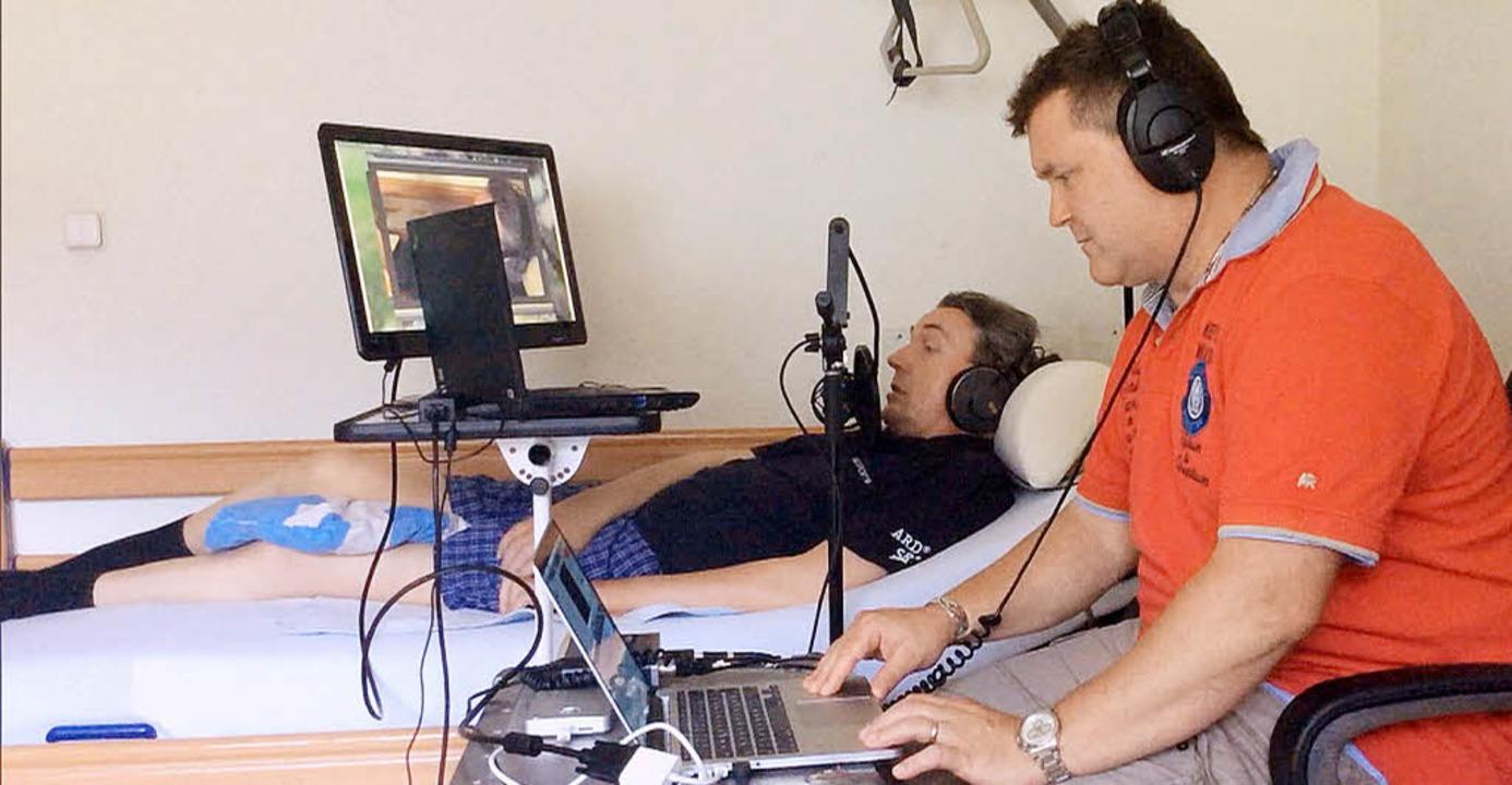 Arbeitsplatz Pflegebett: Sportredakteu...) mit einem Kollegen seines SWR-Teams   | Foto: SWR