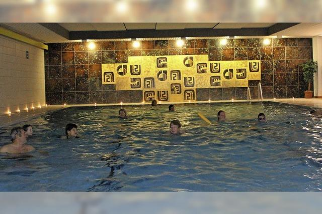 Schwimmen bei Kerzenschein im Hallenbad Breitnau