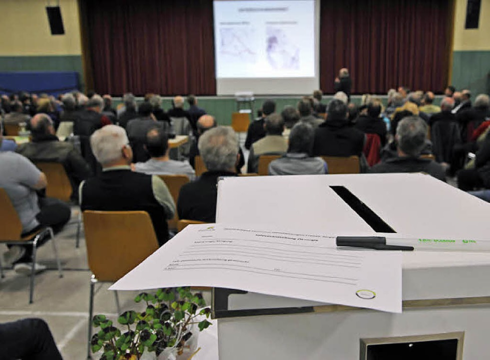 Wer sich vor großem Publikum nicht tra...karten in einer Wahlurne hinterlassen.  | Foto: Bernhard Rein, Bernhard Rein