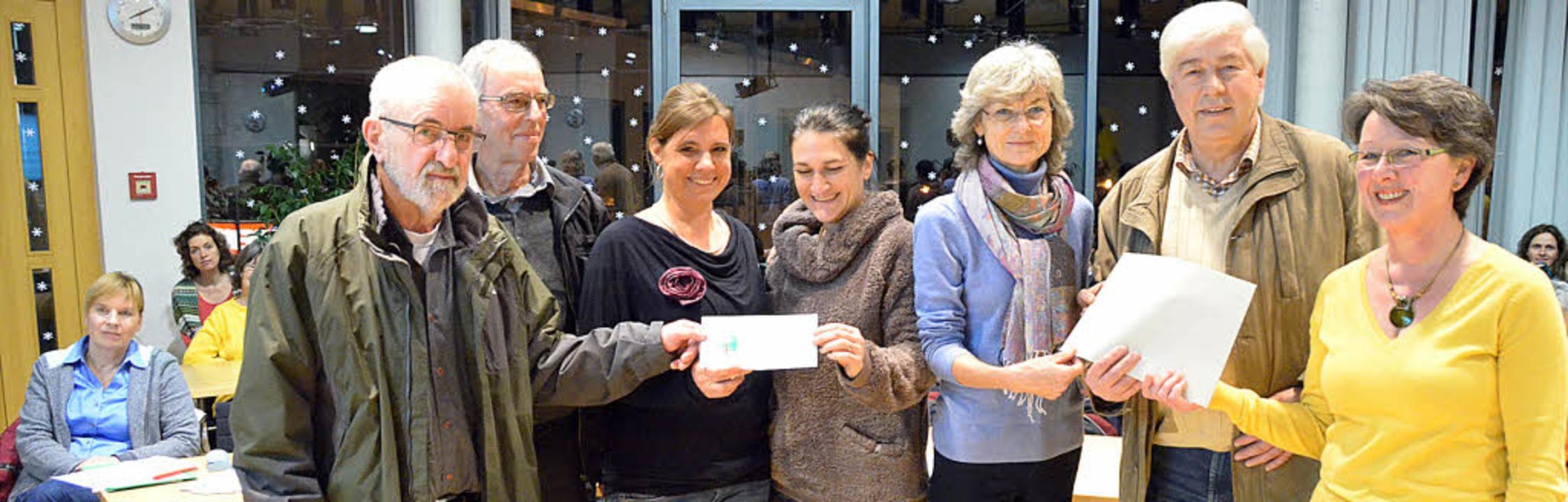 Großzügige Spenden für den Asylkreis F...nd Angelika Nestmann vom  Sängerbund.   | Foto: Langelott
