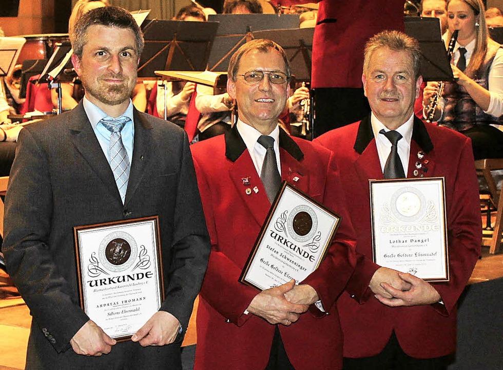 Lothar Dangel (von rechts) und  Stefan...nt Andreas Thoman für 25 Jahre geehrt.  | Foto: Mario Schöneberg