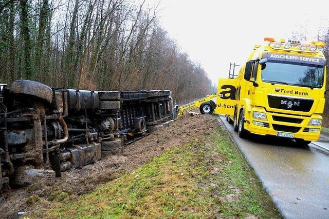 Aufwändige Bergung nach Lkw-Unfall
