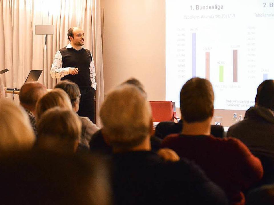 Sportökonom Luca Rebeggiani sprach vor... Zuhörern  über Stadionfinanzierungen.  | Foto: rita eggstein