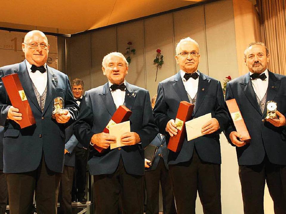 Für 40 Jahre Singen vom Verein geehrt:...n, Helmut Danzeisen und Roland Weiler.  | Foto: Christiane Franz