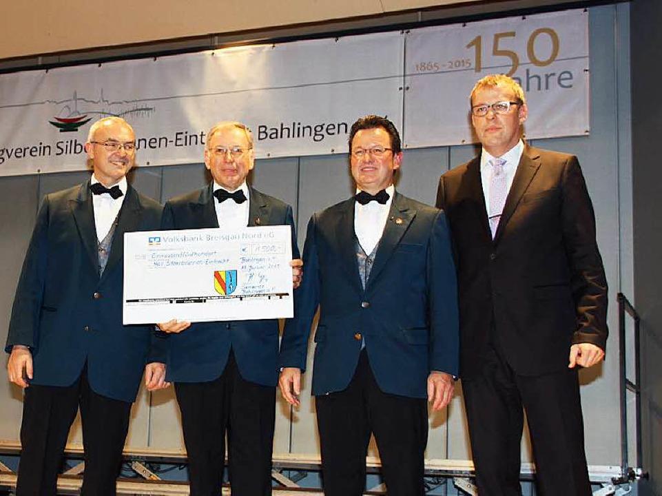 Bürgermeister Harald Lotis (re) überre..., Lorenz Gretzmeier und Michael Vogel.  | Foto: Christiane Franz