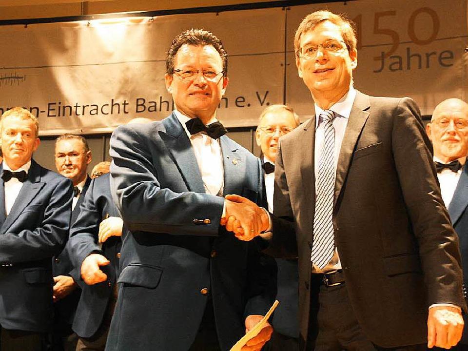 Vorstandssprecher Michael Vogel denkt Landrat Hanno Hurth für seine Worte.  | Foto: Christiane Franz