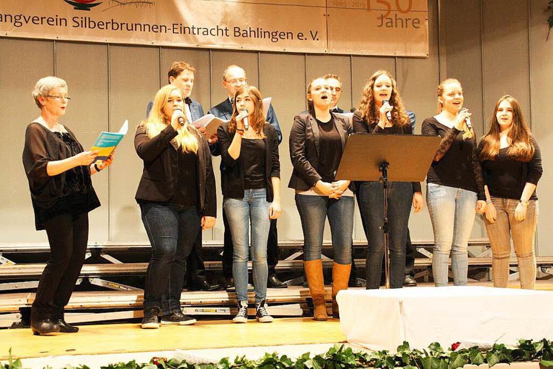 Der Bahlinger Teeniechor Blaze unter der Leitung von Rita Jerke (li).  | Foto: Christiane Franz