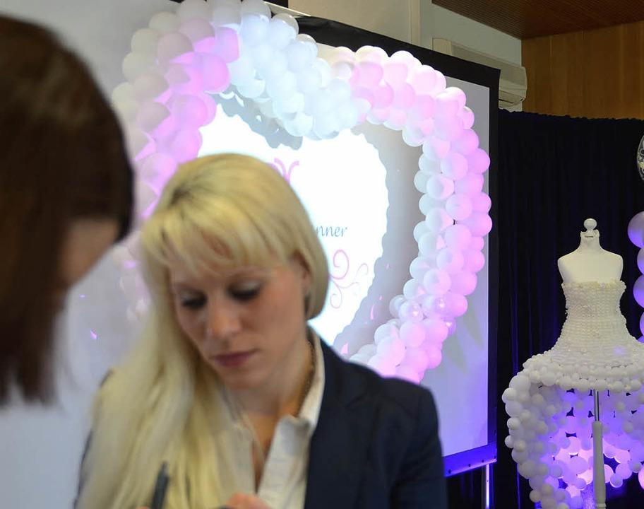 Die deutsche Cocktailmeisterin 2014, S...gar ein Luftballonkleid für die Braut.    Foto: Susanne Müller