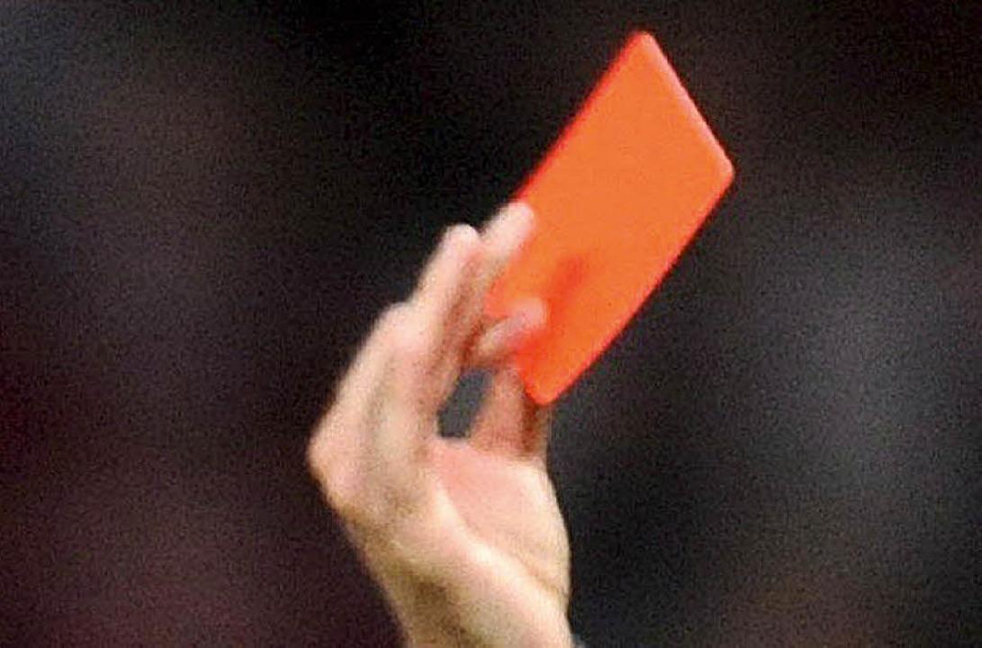 Auf die  Rote Karte folgte der Spielabbruch.  | Foto: dpa
