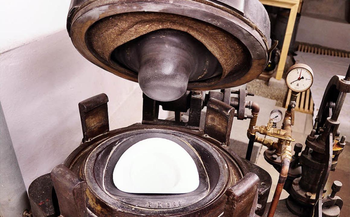 Mit der schweren, handbetriebenen Hutp... hergestellt und aufgefrischt werden.     Foto: Horst Dauenhauer