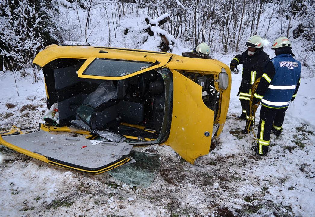 Mit schweren Verletzungen befreite die...überschlagen hatte, aus dem Autowrack.  | Foto: Kamera24