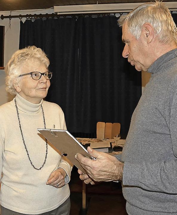 Erdmuthe Becker wurde zum Ehrenmitglie...ert ihr Vorsitzender Klaus Haberstroh.    Foto: Fotos: Verein