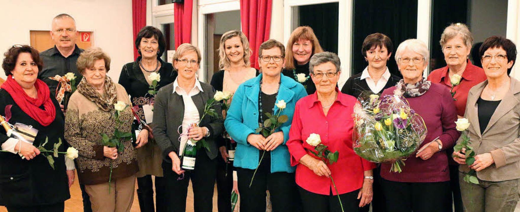 Geehrt wurden zahlreiche treue  Sänger...lisabeth Oesterlin und Hilda Kotysch.     Foto: Hans-Jürgen Hege