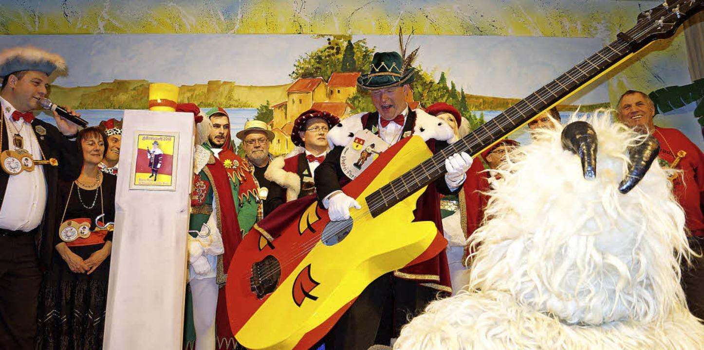 """Hürus """"Klaus, de Chlampfer us em...e leicht übergroße Gitarre geschenkt.     Foto: silke hartenstein"""