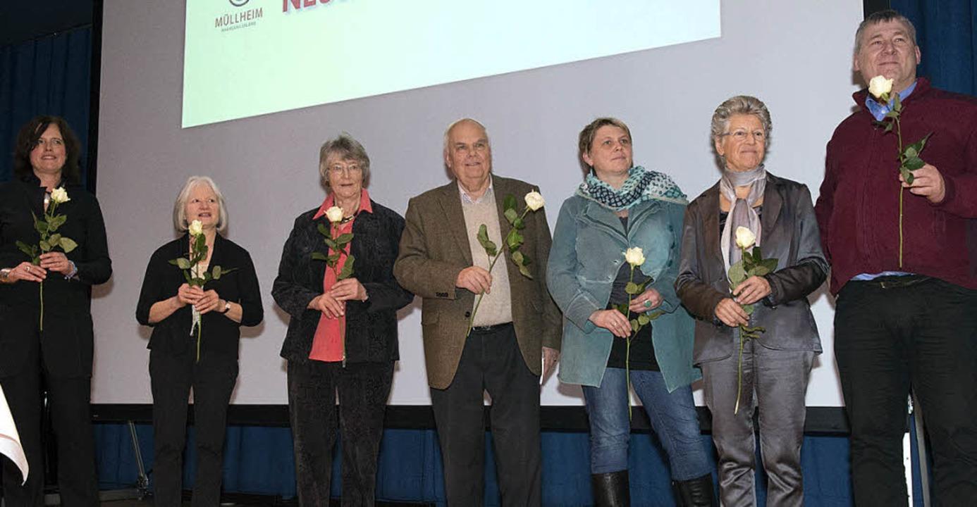 Eine weiße Rose als Dank an den Helfer...isch, Joachim Walter und Fritz Zavrel.    Foto: Volker Münch
