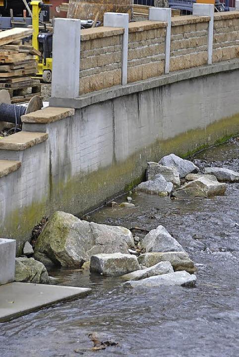 So soll das Hochwasser in der Möhlin g...der Steg wurde angehoben (Bild Mitte).  | Foto: Andrea Gallien