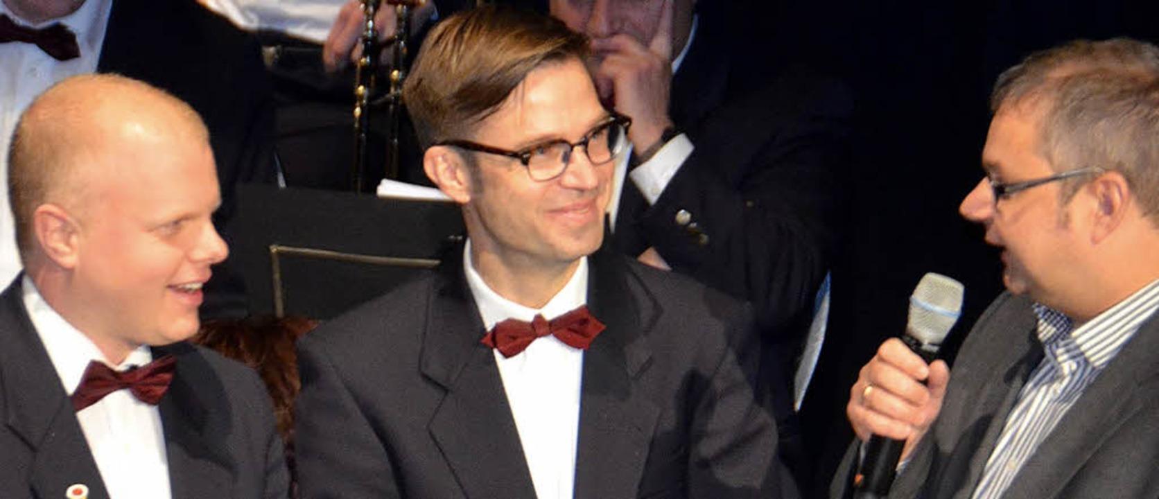 Alexander Krebs (Mitte) wurde für 25-j...d Bürgermeister Alexander Guhl geehrt.  | Foto: Michael Gottstein