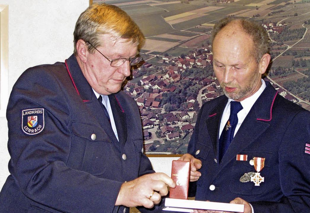 Bernhard Jahn (rechts) wird von Werner... Jahre aktiven Feuerwehrdienst geehrt.    Foto: Jutta Schütz