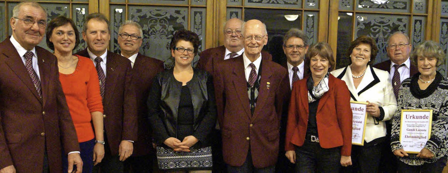 MGV-Vorsitzender Kurt Lacoste (von lin...rnold, Ernst Döbelin und Gundi Lacoste  | Foto: hartenstein
