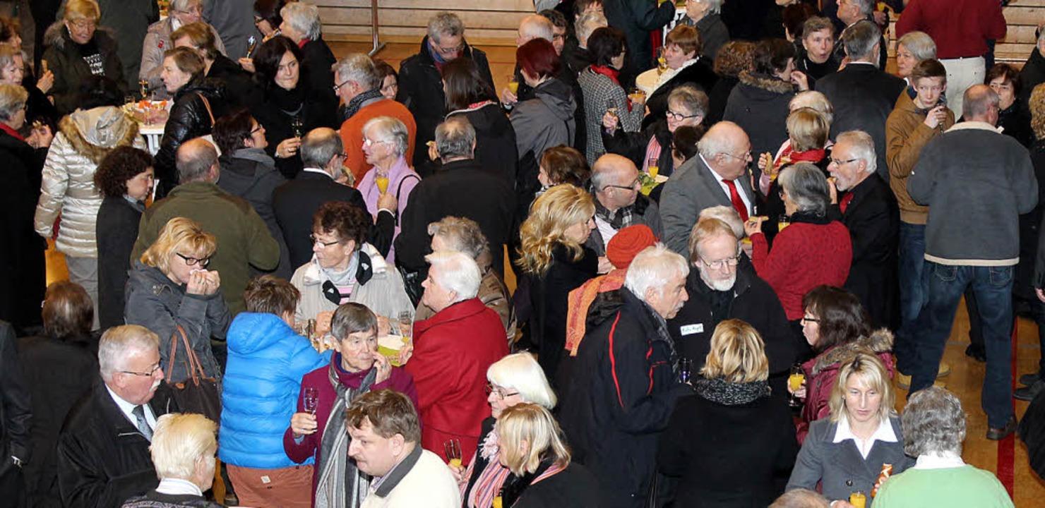Beim anschließenden Empfang vertiefen sich die Menschen in Gespräche.    Foto: Cornelia Liebwein
