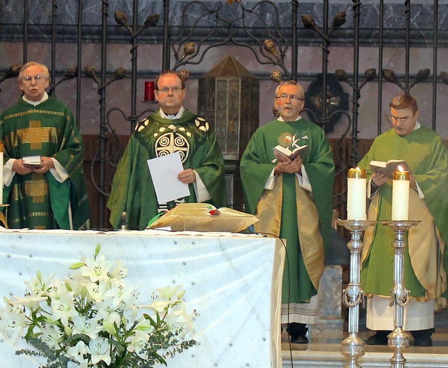 Die Priester der großen Seelsorgeeinhe...l Neymeyer musikalisch umrahmt wurde.     Foto: Cornelia Liebwein