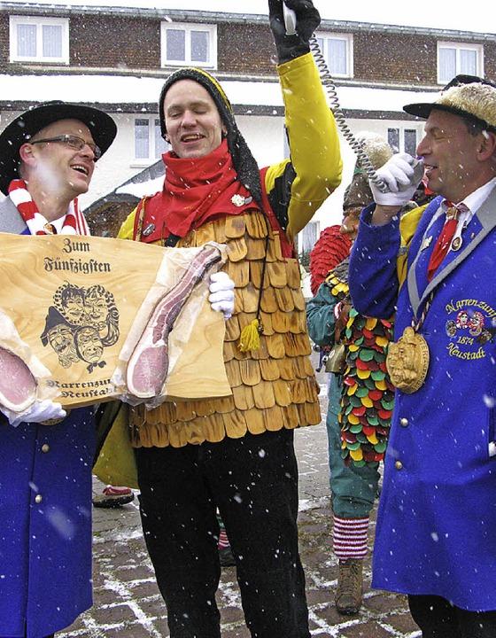 Die Neustädter Papenzunft überreiche Z...herr des Schniidesl-Jubiläums ernannt.  | Foto: Ulrike Spiegelhalter