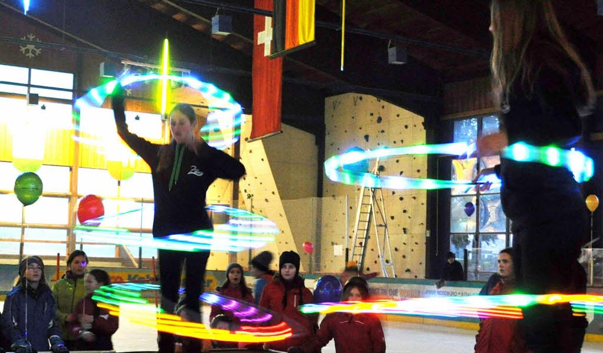 Mit leuchtenden Hula-Hoops zauberten d... auf die Bühne am   Freitagnachmittag.  | Foto: sandhy hasswani