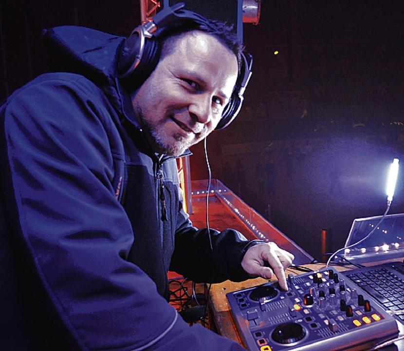 DJ Wolfgang Dede sorgte für den richtigen Sound bei   der Familien-Eisdisco.  | Foto: Sandhya Hasswani