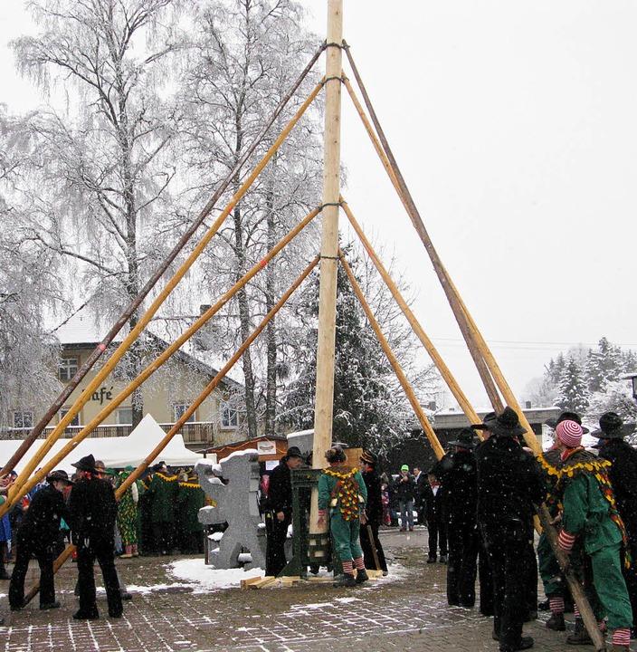 Zimmermänner aus Lenzkirch richteten d...onsfiguren Waldgeist und Wiedewieble.   | Foto: Ulrike Spiegelhalter