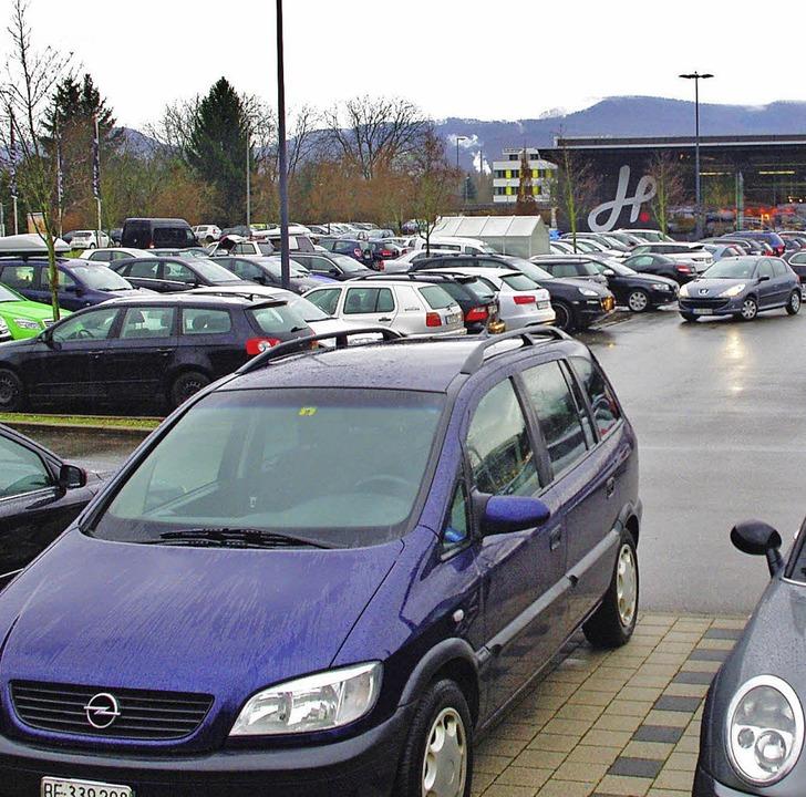 Bis auf den letzten Platz besetzt war ...r dem größten Supermarkt der Gemeinde.    Foto: Rolf Reißmann