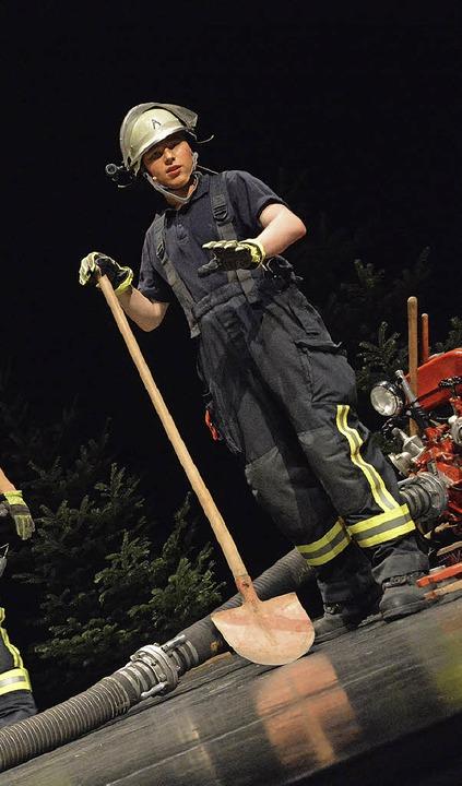 Bühnentauglich zeigte sich die Lörracher Feuerwehr beim Familienabend.     Foto: Barbara Ruda